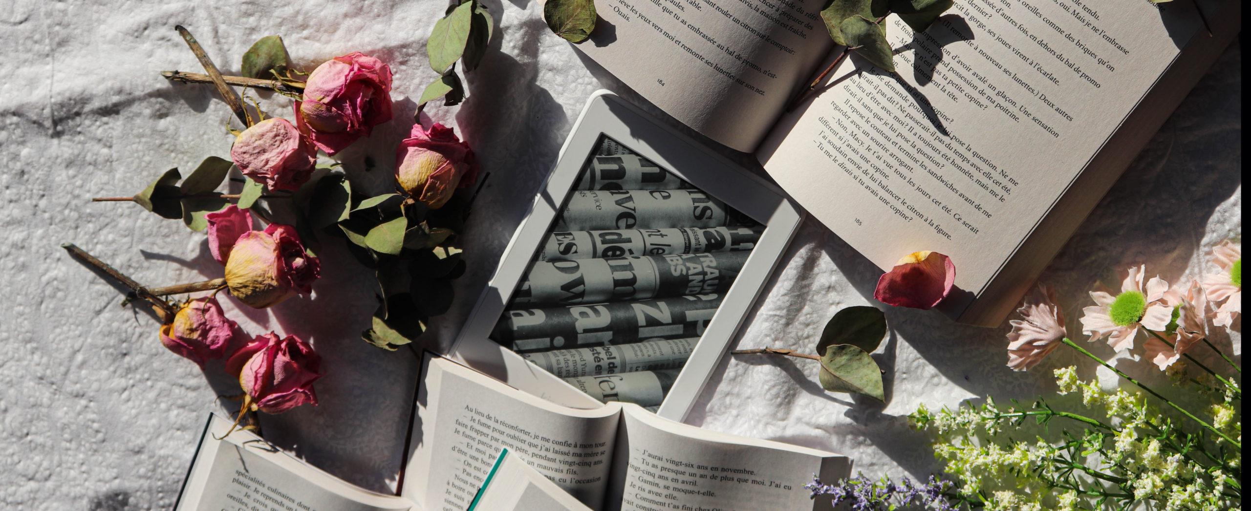livres, liseuses et roses