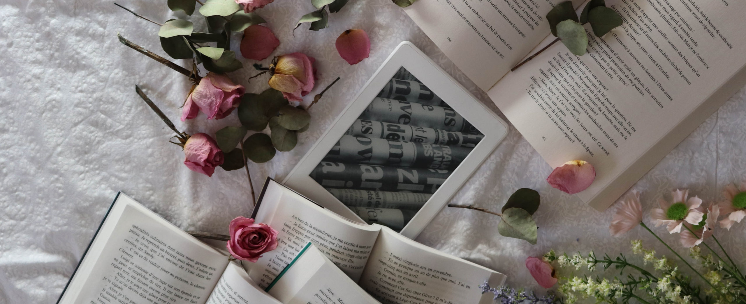livres, liseuses, roses
